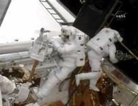 <p>Astronauti dello Shuttle Atlantis al lavoro per sostituire i giroscopi del telescopio spaziale Hubble. REUTERS/NASA TV</p>