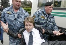 <p>Mosca, l'arresto oggi del leader degli attivisti omosessuali russi Nikolai Alexeyev durante una marcia gay nella capitale. REUTERS/Thomas Peter</p>