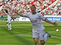 <p>Atacante bósnio Edin Dzeko do Wolfsburg comemora após marcar gol contra o Hannover. 16/05/2009. REUTERS/Christian Charisius</p>