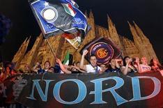 <p>Tifosi dell'Inter festeggiano lo scudetto in piazza Duomo a Milano. REUTERS</p>