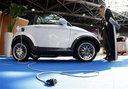 Visitors look at an all-electric concept car at a trade show in Monte Carlo, March 26,2009. REUTERS/Eric Gaillard