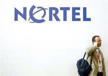 <p>Visitante de feira de telecomunicações em Barcelona fala ao celular diante de cartaz da Nortel. A companhia provavelmente venderá a maior parte de seus ativos a preços de liquidação, como parte de sua reestruturação no processo de proteção contra falência, mas os especialistas não esperam que um dos mais respeitados nomes entre as grandes empresas canadenses desapareça de todo.</p>