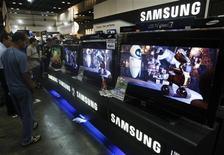 <p>TVs LCD e plasma da Samsung são exibidos em feira de Cingapura. A Samsung Electronics, maior marca mundial de televisores, quer superar o crescimento geral no mercado de de telas planas este ano, graças em parte aos seus modelos LED recém-lançados.</p>