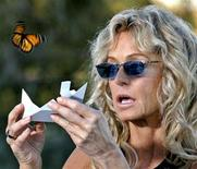 <p>Farrah Fawcett releases a live Monarch butterfly in West Hollywood, California on October 5, 2005. REUTERS/Staff</p>