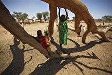 <p>Bambini fuggiti a causa della guerra giocano vicino a un albero in Ciad. REUTERS/Emmanuel Braun</p>
