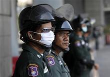 <p>Солдаты таиландской армии охраняют саммит министров здравоохранения стран АСЕАН в Бангкоке 8 мая 2009 года. Власти Таиланда проверяют тело скончавшейся немецкой туристки на наличие штаммов вируса гриппа H1N1, сообщил представитель министерства здравоохранения страны Супхан Шритхамма. REUTERS/Sukree Sukplang</p>