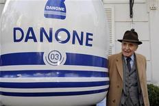 <p>Сын основателя Danone Даниэль Карассо у логотипа компании в Париже 2 апреля 2009 года. Сын основателя Danone Даниэль Карассо умер в воскресенье в возрасте 103 лет, сообщила французская компания. REUTERS/Jacky Naegelen/Files</p>