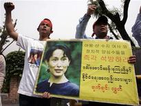 <p>Manifestanti della Lega nazionale di Myanmar chiedono la liberazione di Aung San Suu Kyi davanti all'ambasciata di Myanmar a Seoul. REUTERS/Jo Yong-Hak</p>