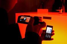 <p>Modelli di cellulari esposti al Mobile World Congress di Barcellona nel febbraio 2009. REUTERS/Gustau Nacarino</p>