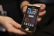 <p>Celular da Samsung é exibido em Los Angeles. A companhia espera que o mercado mundial de telas para aparelhos móveis se recupere no ano que vem, voltando ao patamar de 2008, depois de sofrer contração este ano.</p>