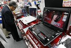 <p>Computer in esposizione in un negozio. REUTERS/Kim Kyung-Hoon</p>