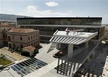 <p>Il nuovo museo dell'Acropoli che sorge alle spalle del Partenone. REUTERS/Yiorgos Karahalis</p>