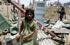 """<p>Las autoridades del ferrocarril de Mumbai derribaron la humilde casa de una de las protagonistas de """"Slumdog Millionaire"""" el miércoles, apenas una semana después de que otro pequeño actor de la película ganadora del Oscar perdiera su hogar de la misma forma. Rubina Ali, de 9 años, interpretó el papel de la pequeña Latika en la película, un romance sobre un joven pobre indio que compite por amor y dinero en un programa de televisión. REUTERS/Punit Paranjpe</p>"""