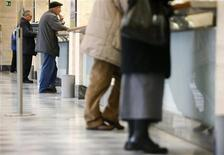 <p>Italiani in fila a un BancoPosta. REUTERS/Dario Pignatelli (ITALY)</p>