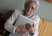 """<p>Foto de archivo de María Amelia López con su computadora portátil en Sanxenxo, España, 5 oct 2007. López, más conocida como la """"abuela bloguera"""" gallega, murió a los 97 años en la localidad de Muxía, según informaron diversos medios. REUTERS/Miguel Vidal</p>"""