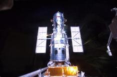 <p>Atterraggio shuttle Atlantis rinviato a domani per pioggia. REUTERS/NASA TV</p>