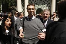 """<p>Un membre du collectif """"Sauvons les riches"""" est évacué manu militari de l'hôtel Bristol, un palace parisien où Nicolas Sarkozy a ses habitudes. Le collectif y a mené une opération pour persuader les """"vrais riches"""" d'adopter un train vie plus modeste. /Photo prise le 22 mai 2009/REUTERS/Benoît Tessier</p>"""