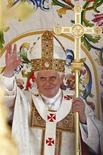 <p>Papa Benedetto XVI saluta i pellegrini durante la sua visita pastorale a Cassino. REUTERS/Alessia Pierdomenico</p>