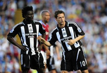 Newcastle United's Obafemi Martins (L) and team mate Michael Owen talk during their match against Aston Villa at Villa Park in Birmingham, May 24, 2009. REUTERS/Dylan Martinez NO ONLINE/INTERNET USAGE WITHOUT A LICENCE FROM THE FOOTBALL DATA CO LTD. FOR LICENCE ENQUIRIES PLEASE TELEPHONE ++44 (0) 207 864 9000