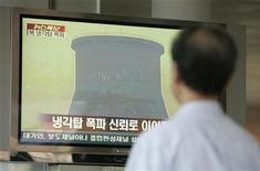 <p>Человек в Сеуле смотрит репортаж об уничтожении атомного реактора в КНДР 27 июня 2008 года. Северная Корея сообщила об очередном испытании ядерного оружия, заверив, что бомба нужна ей для самообороны. REUTERS/Jo Yong-Hak</p>