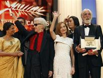 "<p>Director Michael Haneke (R) poses beside (2nd R-L) Jury President Isabelle Huppert, director Alain Resnais and Jury member Sharmila Tagore after receiving the Palme d'Or award for the film ""Das Weisse Band"" during the award ceremony of the 62nd Cannes Film Festival May 24, 2009. REUTERS/Regis Duvignau</p>"
