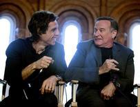 """<p>Актеры Бен Стиллер (слева) и Робин Уильямс беседуют с журналистами в Смитсоновском институте в Вашингтоне 15 мая 2009 года. Бен Стиллер победил Кристиана Бейла в северо-американской дуэли, состоявшейся на выходных между сиквелом фильма """"Ночь в музее"""" и четвертой частью """"Терминатора"""" за самые высокие кассовые сборы, согласно данным киностудий, опубликованным в воскресенье. REUTERS/Robert Giroux</p>"""