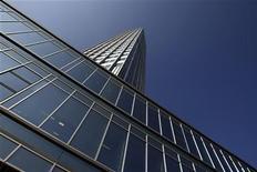 <p>Вид на штаб-квартиру ЕЦБ во Франкфурте-на-Майне 18 сентября 2008 года. Служащие Европейского Центробанка планируют 3 июня выйти на полуторачасовую забастовку в знак протеста против изменений в пенсионной и социальной политике банка. REUTERS/Alex Grimm</p>