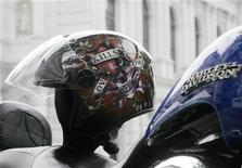 <p>Шлем на мотоцикле Harley Davidson в Вене 9 мая 2009 года. Рок-музыкант Гарик Сукачев попал в аварию на своем мотоцикле, в результате которой пострадал пешеход и сам певец, сообщила Рейтер служба оперативного информирования ГУВД Москвы. REUTERS/Heinz-Peter Bader</p>