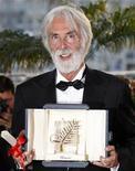 """<p>Foto de archivo del director Michael Haneke tras recibir la Palma deOoro por """"Das Weisse Band"""", en el Festival de Cine de Cannes, 24 mayo 2009. Haneke, quien ganó la codiciada Palma de Oro el domingo en Cannes con su dramático filme de época """"The White Ribbon"""", será reconocido con el galardón CineMerit en el Festival de Cine de Múnich. REUTERS/Vincent Kessler</p>"""