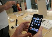 <p>Immagine d'archivio di un iPhone di Apple. REUTERS/Robert Galbraith (UNITED STATES BUSINESS SCI TECH)</p>