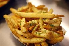 <p>Garlic fries are displayed during a media food tour at Yankee Stadium in New York April 15, 2009. REUTERS/Eric Thayer</p>