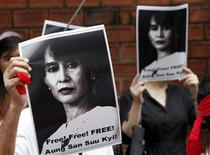 <p>Sostenitori di Aung San Suu Kyi durante una manifestazione. REUTERS/Sukree Sukplang</p>
