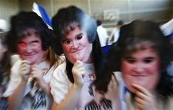 <p>Seguidores del programa televisivo 'Britains Got Talent' y de Susan Boyle posan para fotógrafos con máscaras de la cantante en un centro comunitario en Blackburn, Escocia, 30 mayo 2009. El repentino ascenso de Susan Boyle, quien pasó de ser voluntaria en una iglesia de Escocia a una superestrella mundial, tuvo finalmente su precio, en lo que sería un llamado de atención sobre el riesgo de la fama en la era de las celebridades. REUTERS/ David Moir</p>