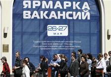 <p>Люди стоят в очереди на ярмарку вакансий в Москве 26 мая 2009 года. Экономический кризис сделал мир в прошлом году более жестоким и нестабильным, свидетельствуют результаты исследования, признавшего Новую Зеландию самой спокойной страной в 2008 году. REUTERS/Denis Sinyakov</p>