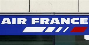 <p>Логотип Air France на здании в Париже 6 января 2009 года. Минута молчания в память о пассажирах исчезнувшего над Атлантическим океаном самолета Air France была объявлена на Открытом чемпионате Франции по теннису. REUTERS/Charles Platiau</p>