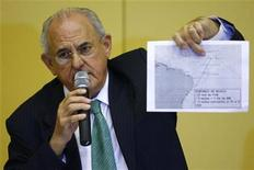 <p>Министр обороны Бразилии Нельсон Жобим демонстрирует карту района, где были обнаружены обломки авиалайнера Air France на пресс-конеференции в Рио-де-Жанейро 2 июня 2009 года. Дайверы бразильских ВМС в среду предприняли отчаянные попытки извлечь затонувшие в Атлантическом океане обломки авиалайнера Air France и начали поднимать их на поверхность в надежде найти бортовые самописцы, способные пролить свет на причины катастрофы. REUTERS/Fernando Soutello-AGIF</p>