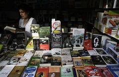 <p>Una venditrice di libri a Madrid. REUTERS/Juan Medina</p>
