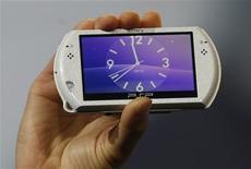 <p>La PSP Go de Sony dévoilée au salon E3 du jeu vidéo, dernière déclinaison en date de sa PSP 3000, grâce à laquelle le groupe japonais espère concurrencer Nintendo sur le segment des consoles de jeux nomades. /Photo prise le 2 juin 2009/REUTERS/Fred Prouser</p>