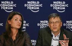 <p>Foto de archivo del fundador de Microsoft Bill Gates y su esposa Melinda en una conferencia de prensa en Davos, 30 ene 2009. El fundador de Microsoft Bill Gates dijo el miércoles que los multimillonarios deberían regalar gran parte de su fortuna a las causas de caridad y que incluso lo disfrutarían. REUTERS/Christian Hartmann/Archivo</p>
