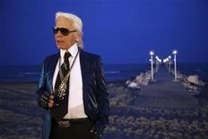 """<p>Foto de archivo del diseñador de modas Karl Lagerfeld tras la presentación de viajes de la casa Chanel 2009-2010 en Venice Lido, Italia, 14 mayo 2009. Lagerfeld prestará su voz por primera vez para una película animada en la cinta francesa """"Totally Spies"""". REUTERS/Manuel Silvestri</p>"""