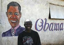 <p>Улыбающийся мужчина в трущобах столицы Кении Найроби на фоне нарисованого на стене президента США Барака Обамы 4 июня 2009 года. Имидж США за рубежом улучшился после победы Барака Обамы на президентских выборах в ноябре 2008 года, свидетельствуют результаты опроса, проведенного Ipsos/Reuters в 22 странах. REUTERS/Noor Khamis</p>