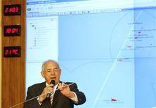 <p>Нельсон Жобим выступает 3 июня 2009 года на пресс-конференции в Бразилии позади диаграммы зоны крушения самолета компании Air France, следующего рейсом AF447. Самолет Air France, упавший в понедельник в Атлантический океан, летел слишком медленно в преддверии катастрофы, сообщила французская газета Le Monde со ссылкой на источники, близкие к расследованию. REUTERS/Jamil Bittar</p>
