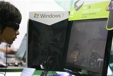 <p>Longtemps cantonnée aux salles de cinéma, la 3D commence à s'inviter sur les écrans d'ordinateurs, même si l'image en relief devrait plus tenir du marché de niche que de la technologie grand public. De grands fabricants d'écrans et de puces ont commencé à développer des produits 3D destinés au marché du jeu sur PC, un segment relativement restreint mais très lucratif. /Photo prise le 2 juin 2009/REUTERS/Nicky Loh</p>