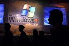<p>La direction de la concurrence russe a ouvert une enquête sur Microsoft au sujet d'une réduction des livraisons du système d'exploitation Windows XP en Russie. /Photo d'archives/REUTERS/Bobby Yip</p>