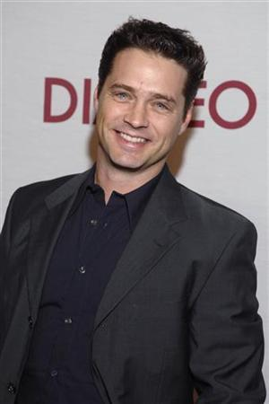 Actor Jason Priestley arrives for the Oceana 2006 Partners Award Gala held at Esquire House 360 in Beverly Hills, California November 9, 2006. REUTERS/Phil McCarten