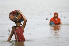 <p>Due profughi dopo un ciclone in Bangladesh. REUTERS</p>