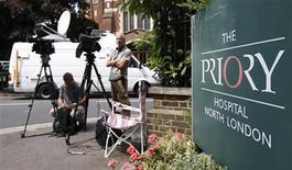 <p>Miembros de la prensa esperan fuera del hospital Priory donde se encuentra Susan Boyle, en el norte de Londres, 1 jun 2009. Susan Boyle, la mujer que se convirtió en una estrella mundial tras aparecer en un concurso de talentos en la televisión británica, salió de la clínica londinense donde se recuperaba de un excesivo agotamiento, dijo su hermano el viernes. REUTERS/Stephen Hird/Archivo</p>