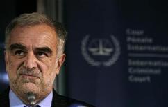"""<p>Foto de archivo del fiscal jefe de la Corte Penal Internacional (CPI), Luis Moreno Ocampo, durante una conferencia de prensa en La Haya, Holanda, 4 mar 2009. Algunos refugiados de la abatida región sudanesa de Darfur han llamado a sus niños """"Okambo"""" en honor al fiscal jefe de la Corte Penal Internacional (CPI), Luis Moreno Ocampo, dijo el viernes la actriz Mia Farrow. REUTERS/Jerry Lampen</p>"""
