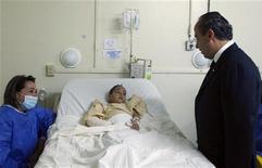 <p>Президент Мексики Фелипе Кальдерон (справа) еседует с ребенком, пострадавшим при пожаре в детском саду в Эрмосильо 6 июня 2009 года. Пожар, произошедший в пятницу в детском саду мексиканского города Эрмосильо, унес жизни 41 ребенка, однако число погибших может возрасти. REUTERS/Presidencia of Mexico/Alfredo Guerrero/Handout</p>