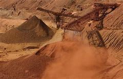 <p>Конвееры выгружают железную руду на месторождении Tom Price компании Rio Tinto в Австралии 28 мая 2008 года. Японская федерация железа и стали во вторник выступила против создания совместного железорудного предприятия двух ведущих поставщиков железной руды BHP Billiton и Rio Tinto, что, по мнению федерации, неблагоприятно отразится на конкуренции. REUTERS/Tim Wimborne</p>